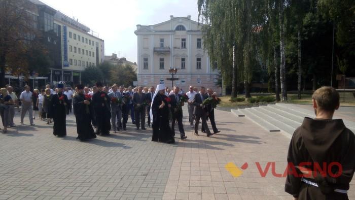 покладання квітів біля Меморіалу Слави та пам'ятнику Небесної Сотні у Вінниці фото