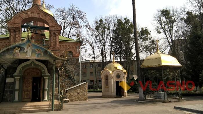 капличка біля церкви Восресіння Христового у Вінниці фото