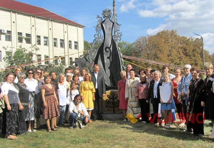 памятник біля музею витинанки у Могилів-Подільському фото