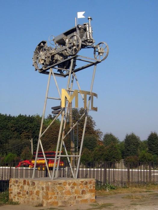 памятник трактору у селі Заболотне фото
