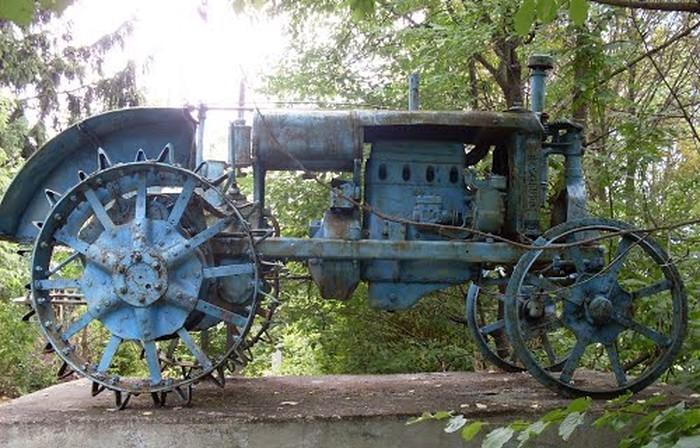 памятник трактору у селі Лучинець фото