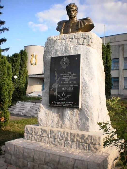 памятник Богуну в Кальнику фото