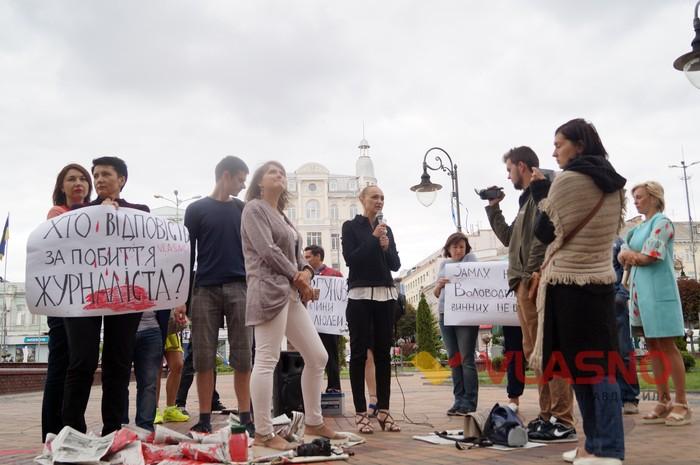 акція проти побиття журналіста під Вінницькою міською радою фото