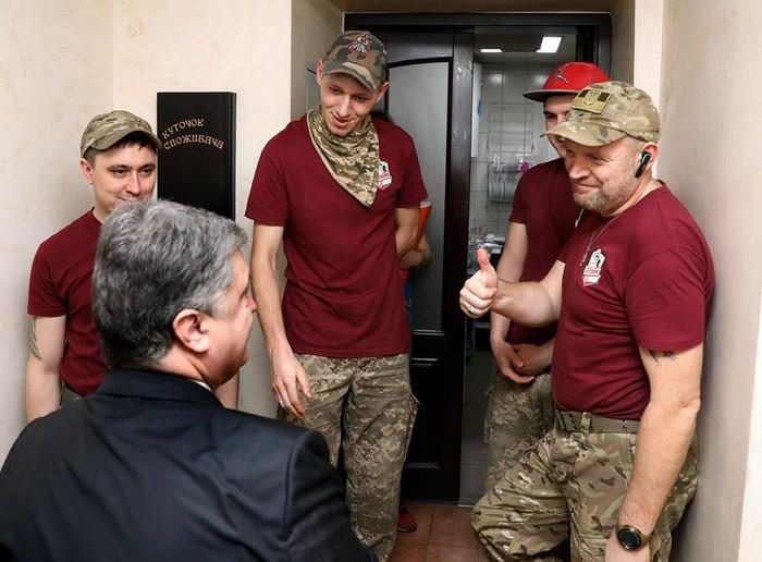 Петро Порошенко у піцерії Андрія Сарвіри фото