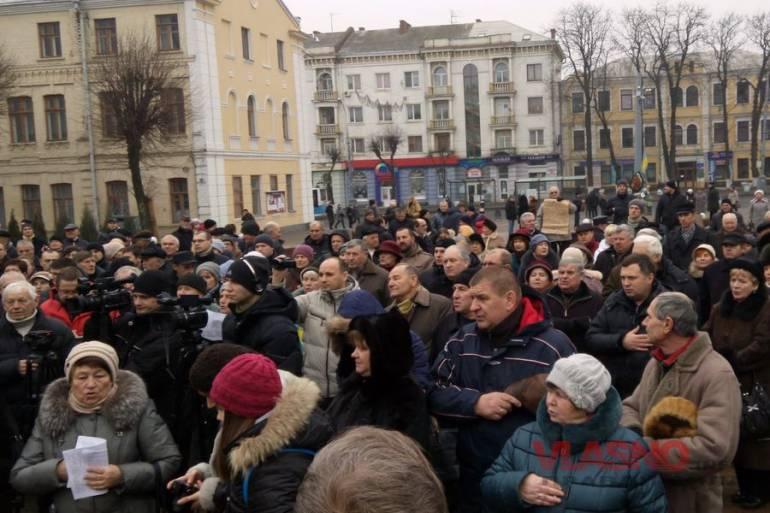 На недільному віче у Вінниці підтримали мир, засудили тероризм та порвали портрети Президента та очільника Верховної Ради