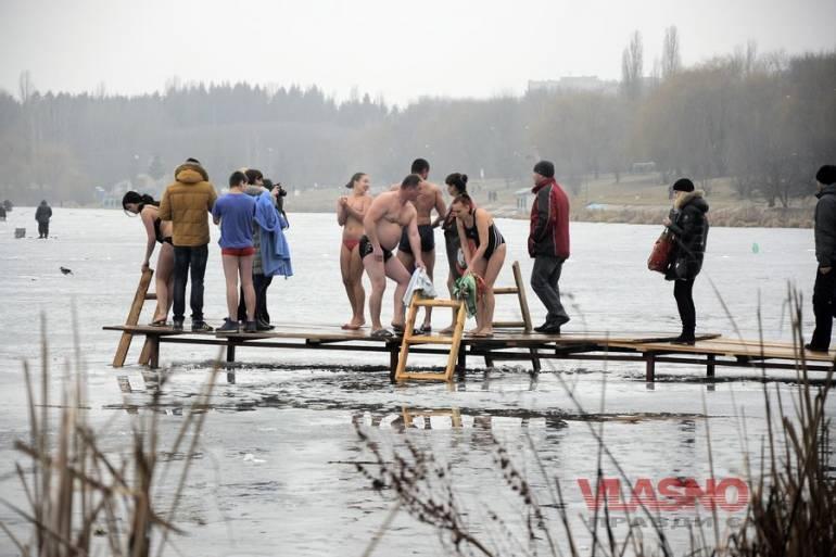 Вінничани на Водохреща читали молитви, співали і купались у ополонках